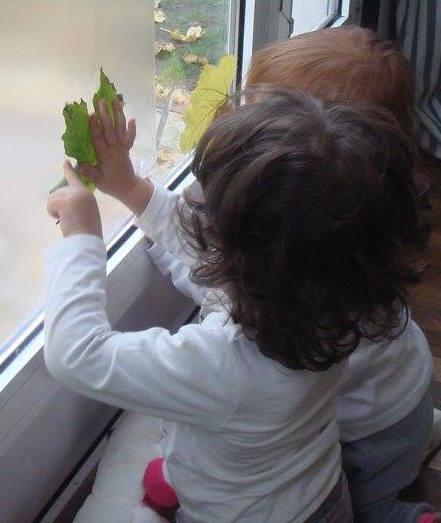Enfant qui fait une activité avec une feuille