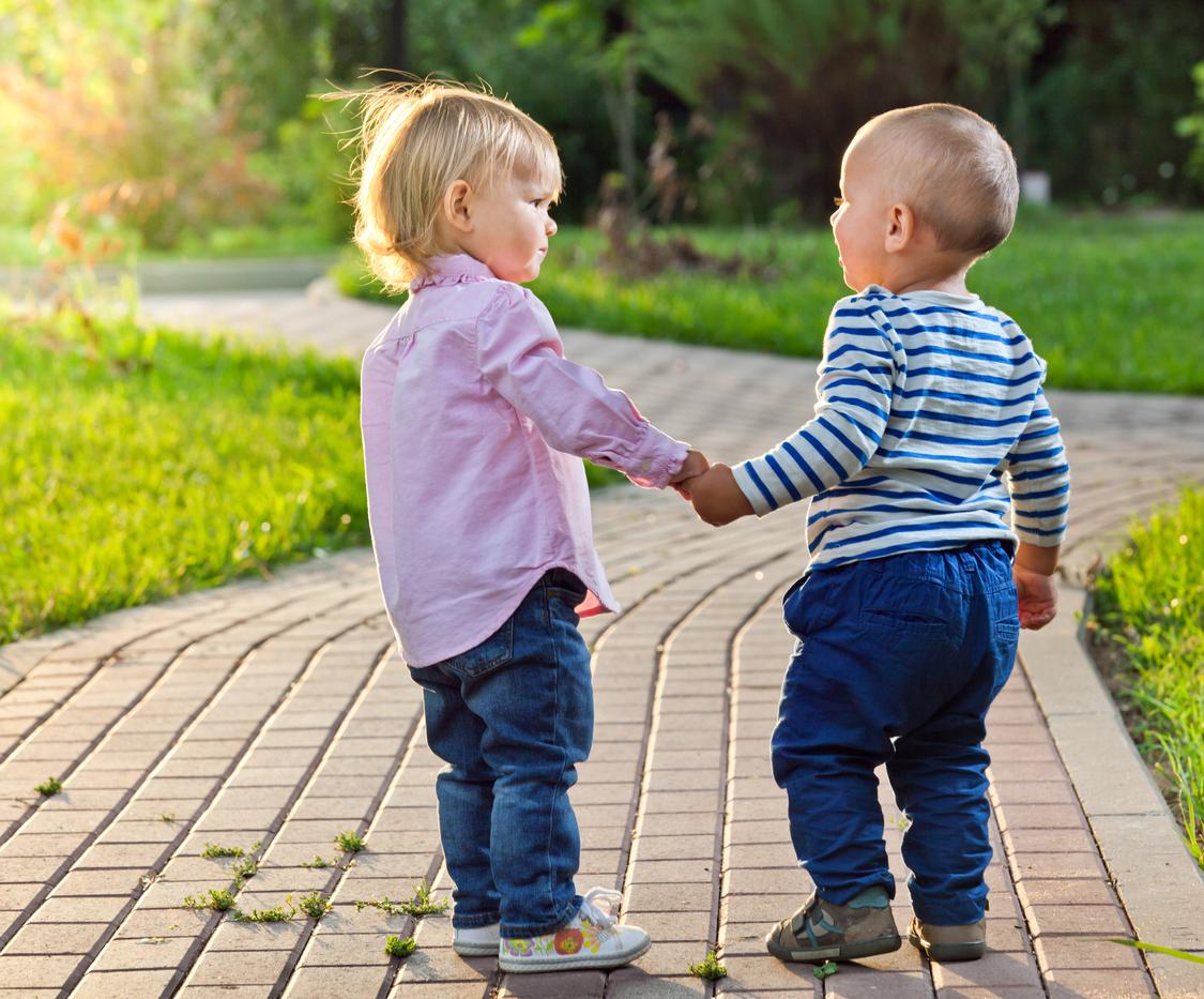 jeunes enfants se tenant par la main