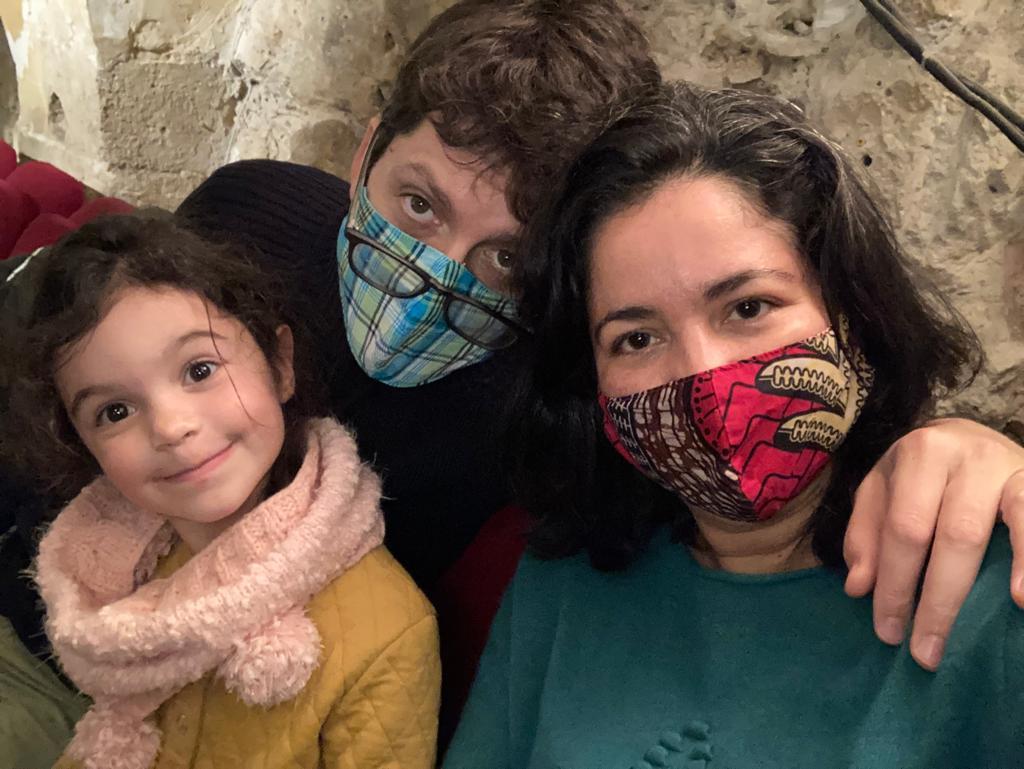 famille avec masques en tissu