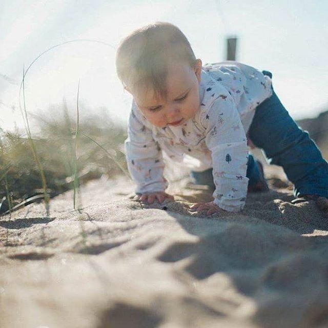 Bébé dans le sable