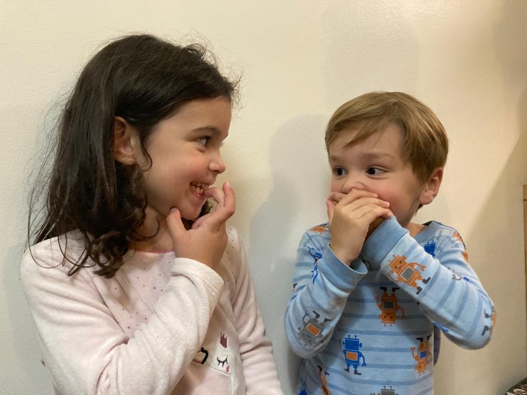 deux enfants communiquent