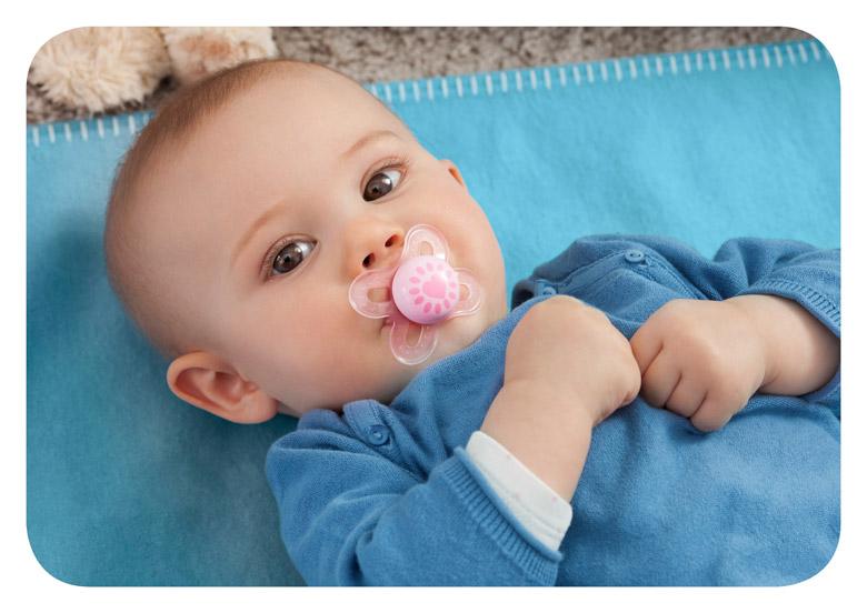 bébé avec une sucette dans la bouche