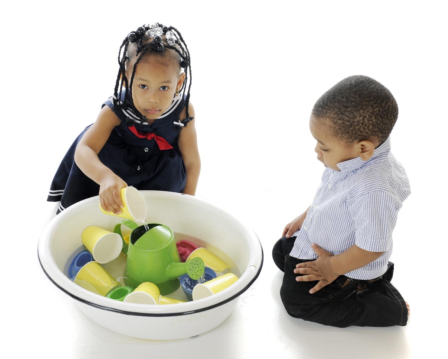 Enfants qui font un jeu de transvasement
