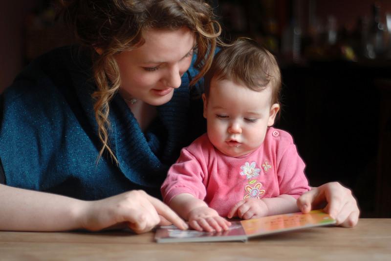 Assistante maternelle, bébé et livre