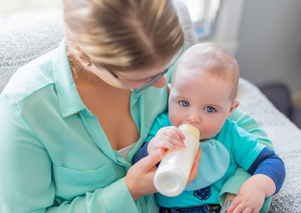 pro de la petite enfance avec bébé dans les bras