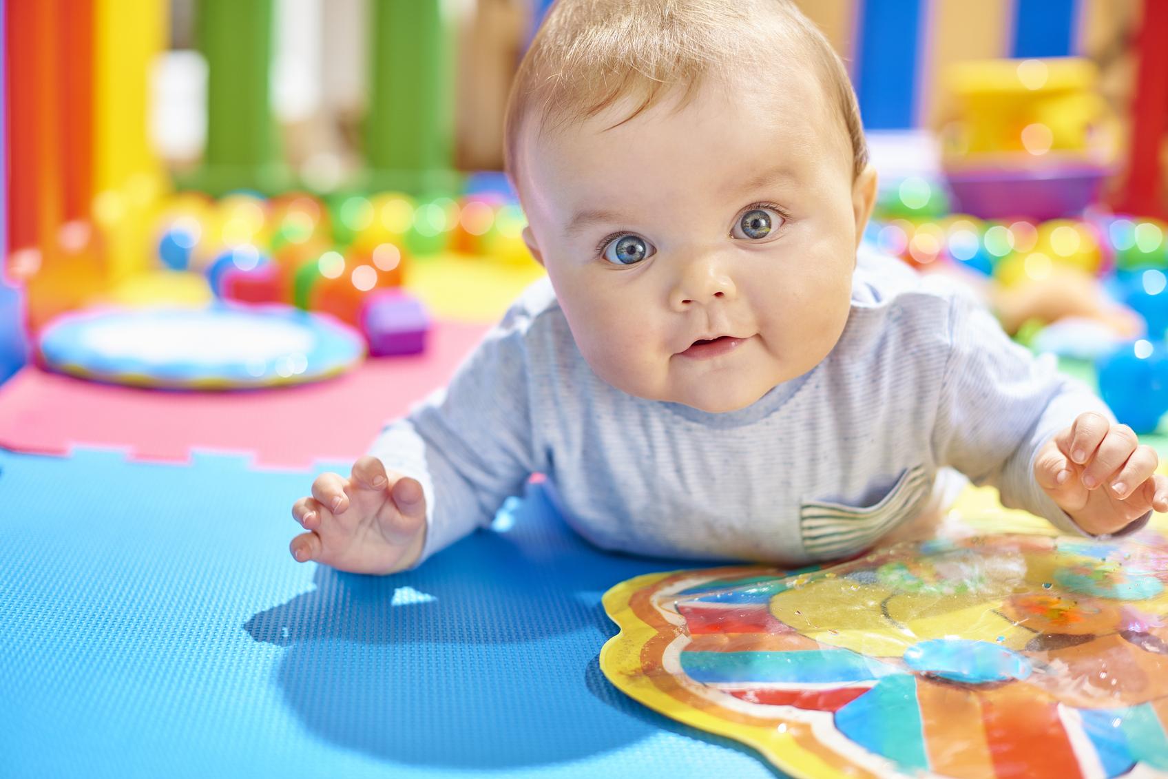 Bébé dans une maison d