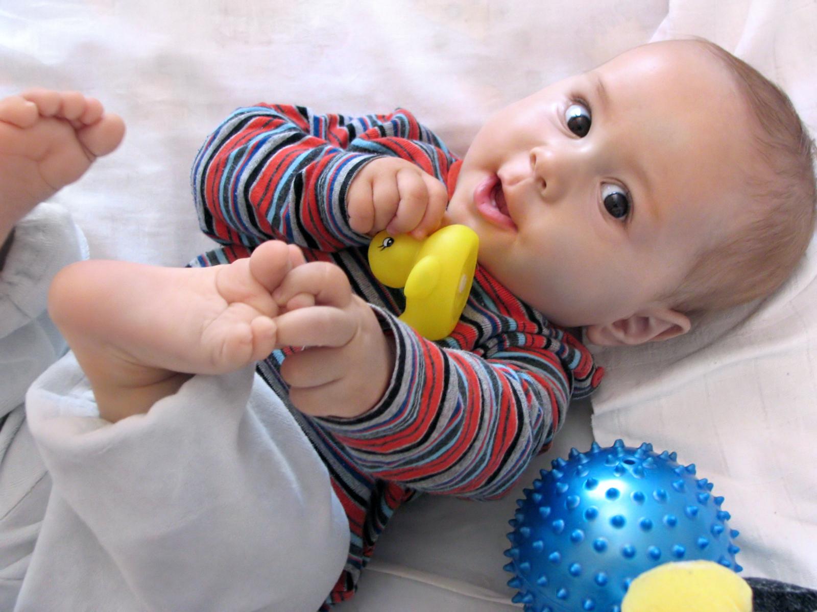 bébé qui joue sur le dos