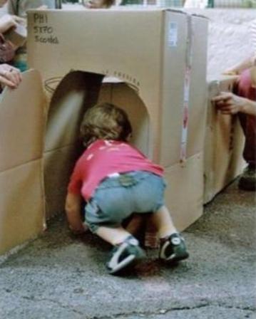 enfant qui entre dans un carton