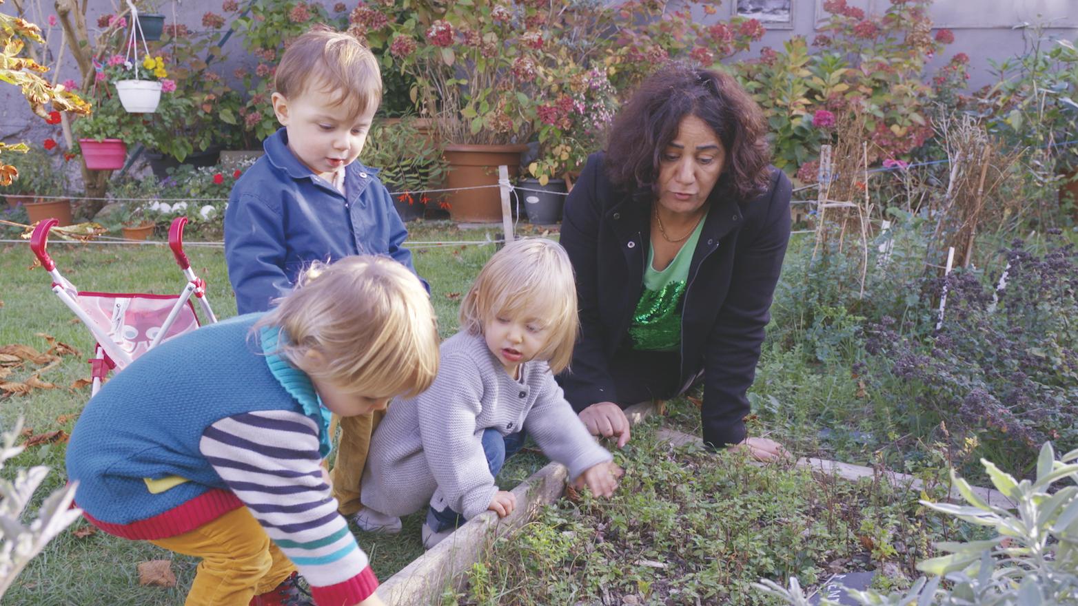 professionnelle et 3 enfants dans le jardin