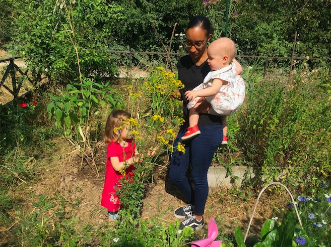 professionnelle avec deux petites filles dans le potager