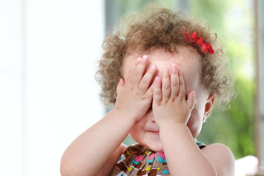 petite fille qui se cache les yeux