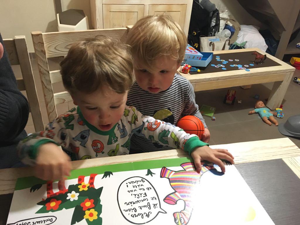 deux enfants jouent autour des couleurs