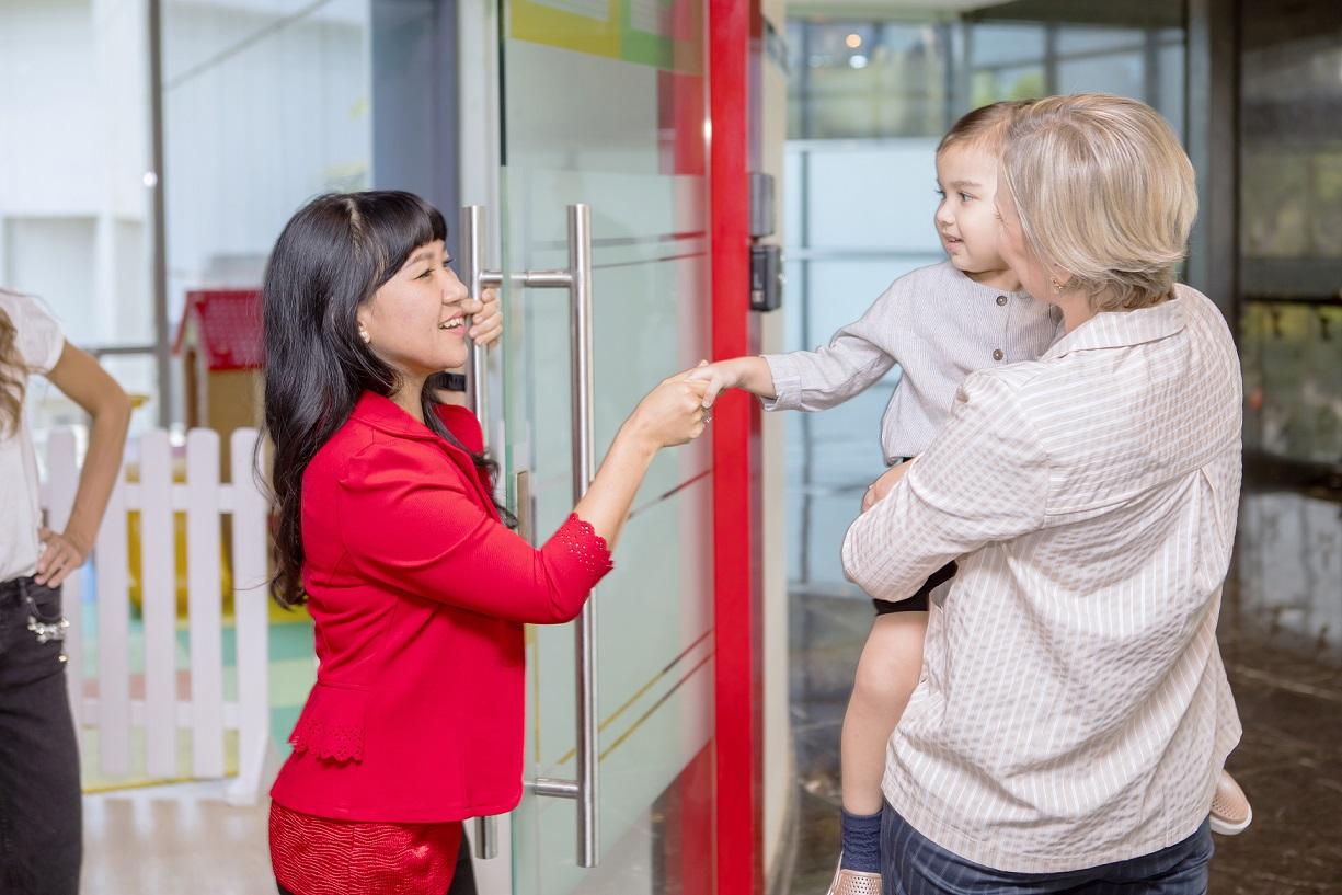 Maman, enfant et professionnel de crèche