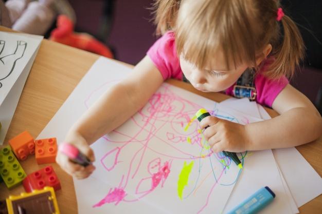 petite fille dessine