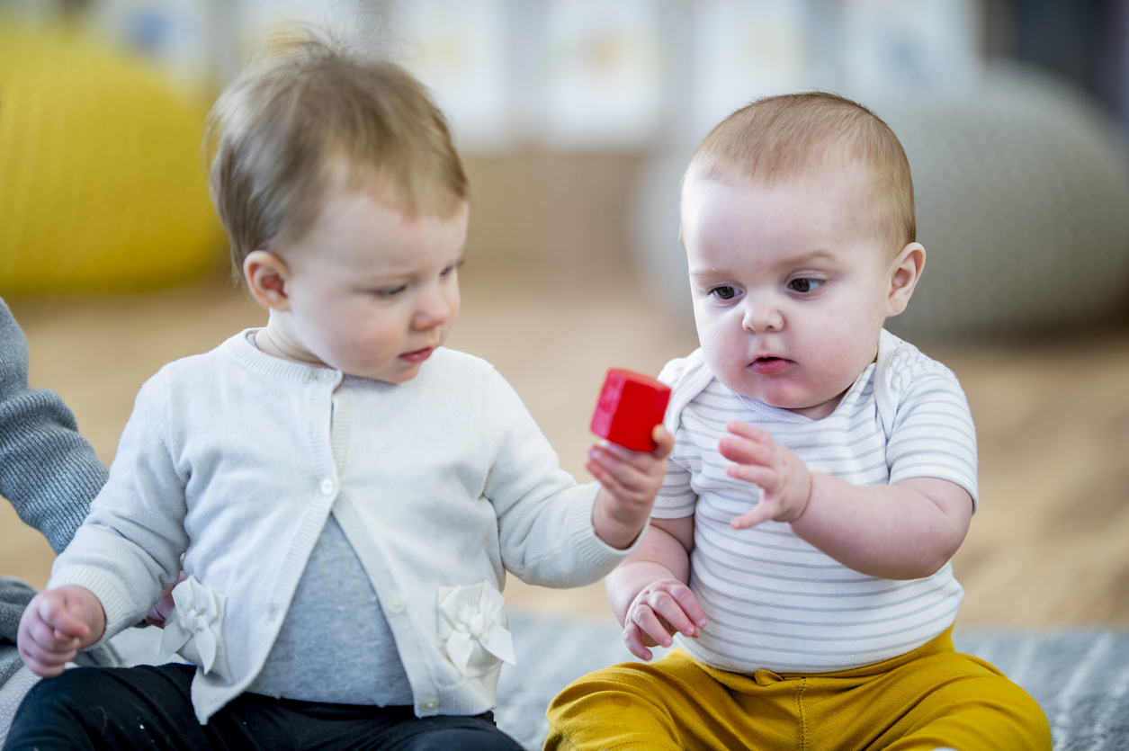 deux bébés dans lieu d