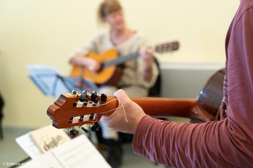 Jouer de la guitare d'accompagnement parmi les enfants