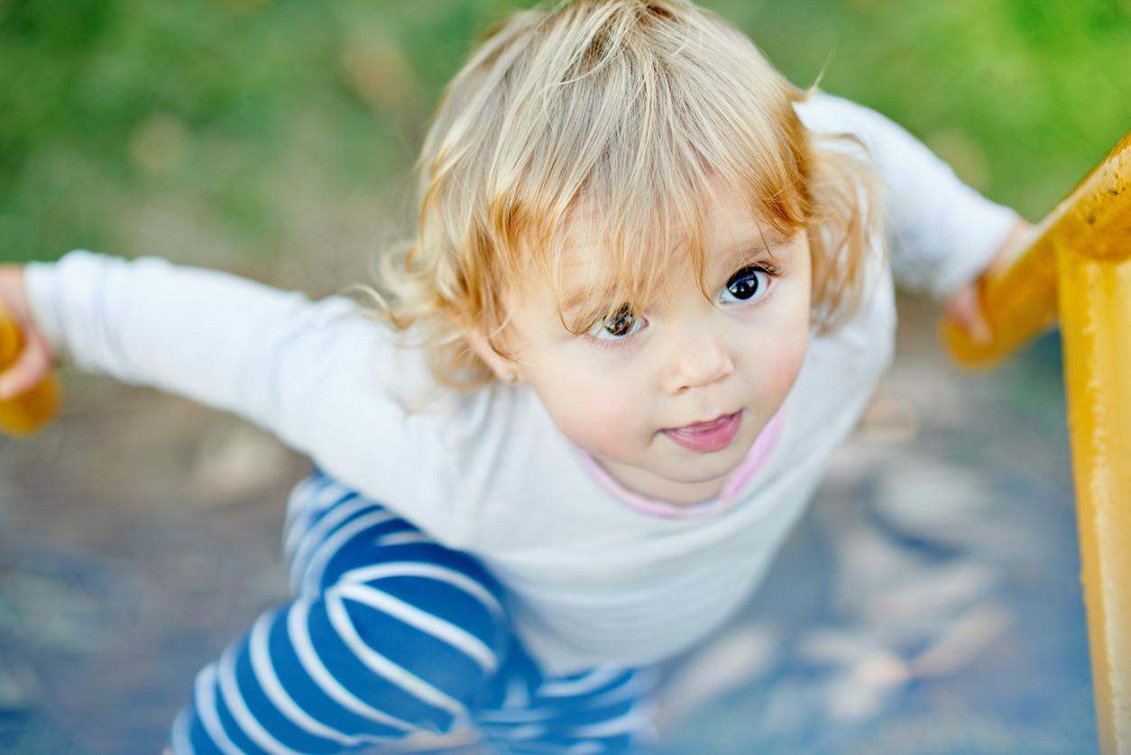 petit enfant qui grimpe sur une structure