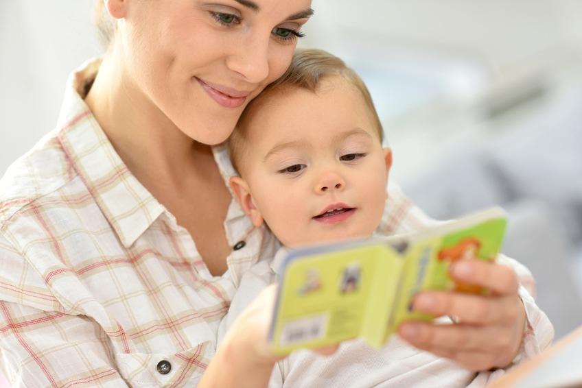 professionnelle et enfant qui lisent
