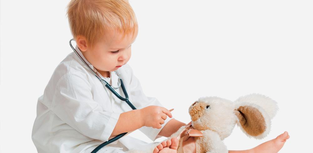 petit garçon imite le docteur avec sa peluche