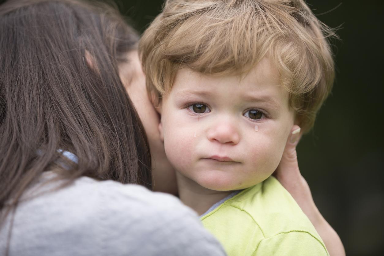 petit enfant qui pleure dans les bras