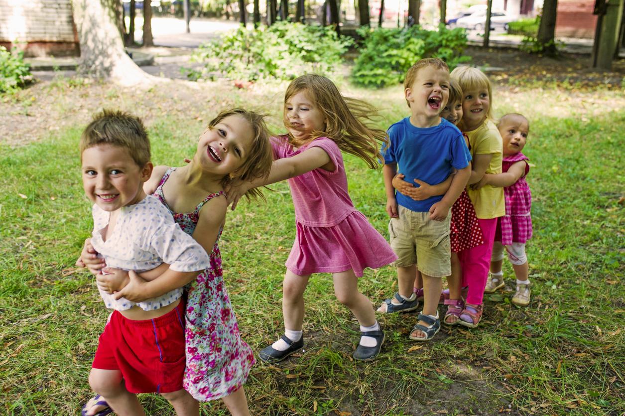 jeunes enfants jouent dehors