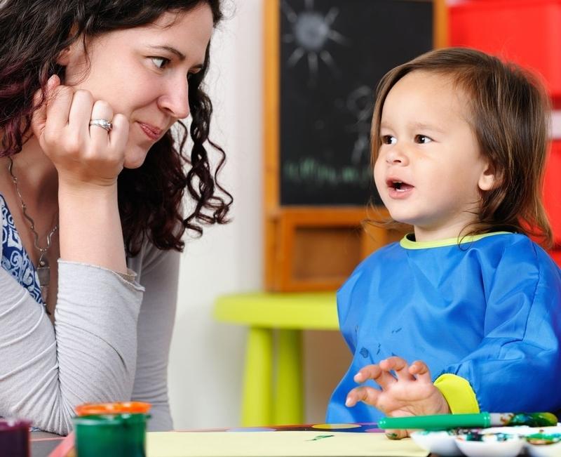 adulte  attentif à eune enfant