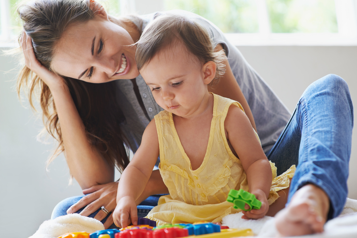 femme qui joue avec un bébé