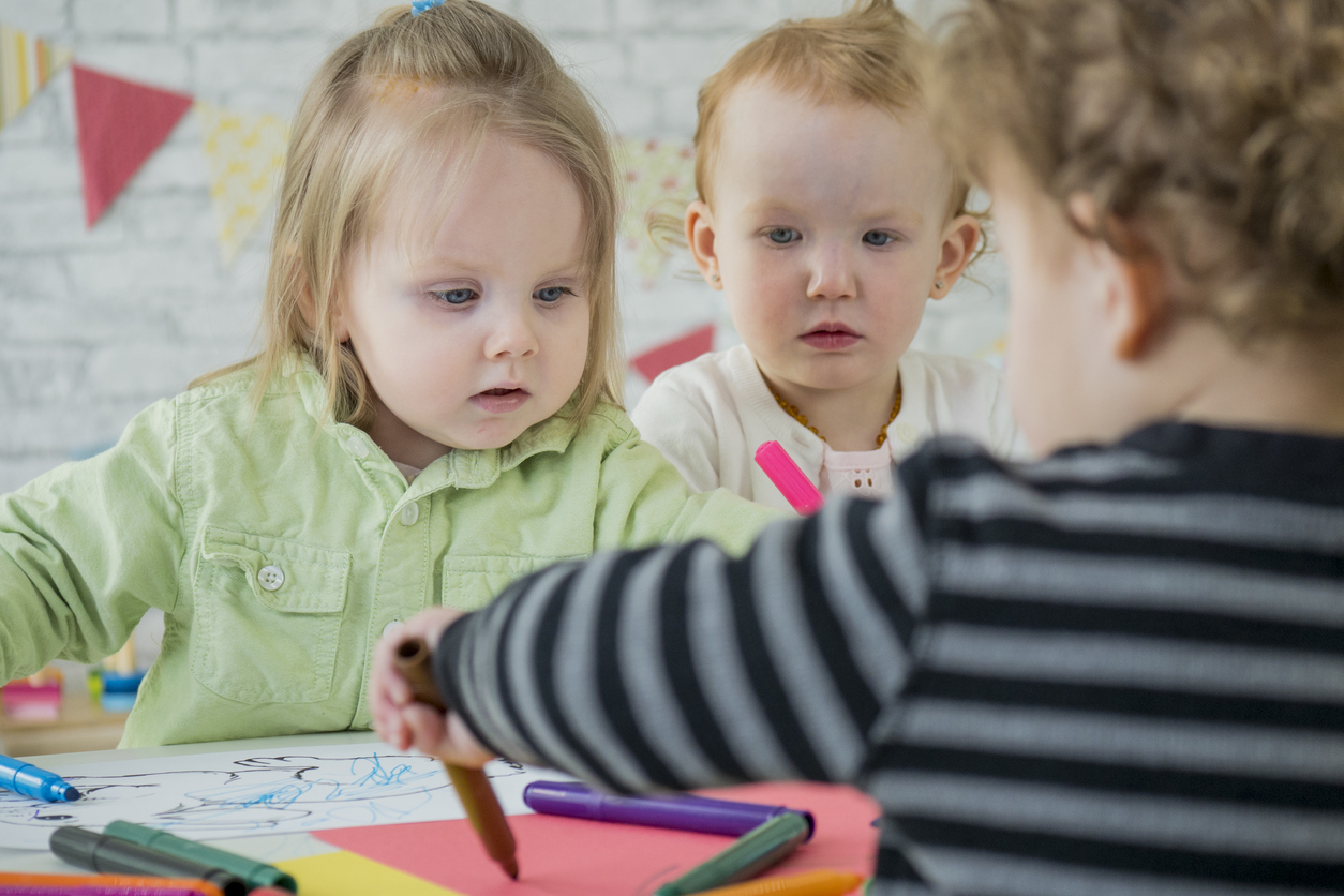 jeunes enfants qui dessinent ensemble