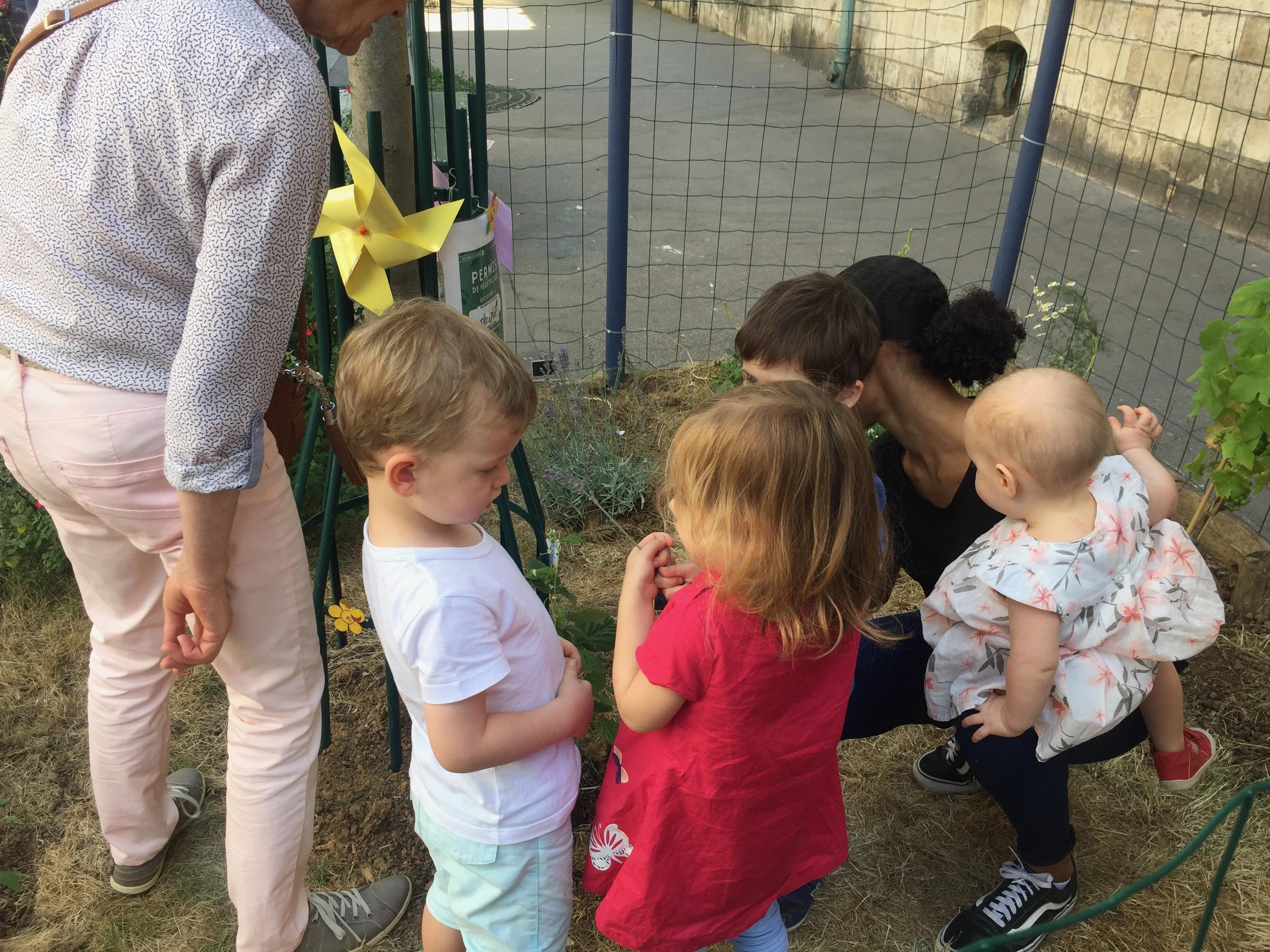 enfants et adultes au pied de l