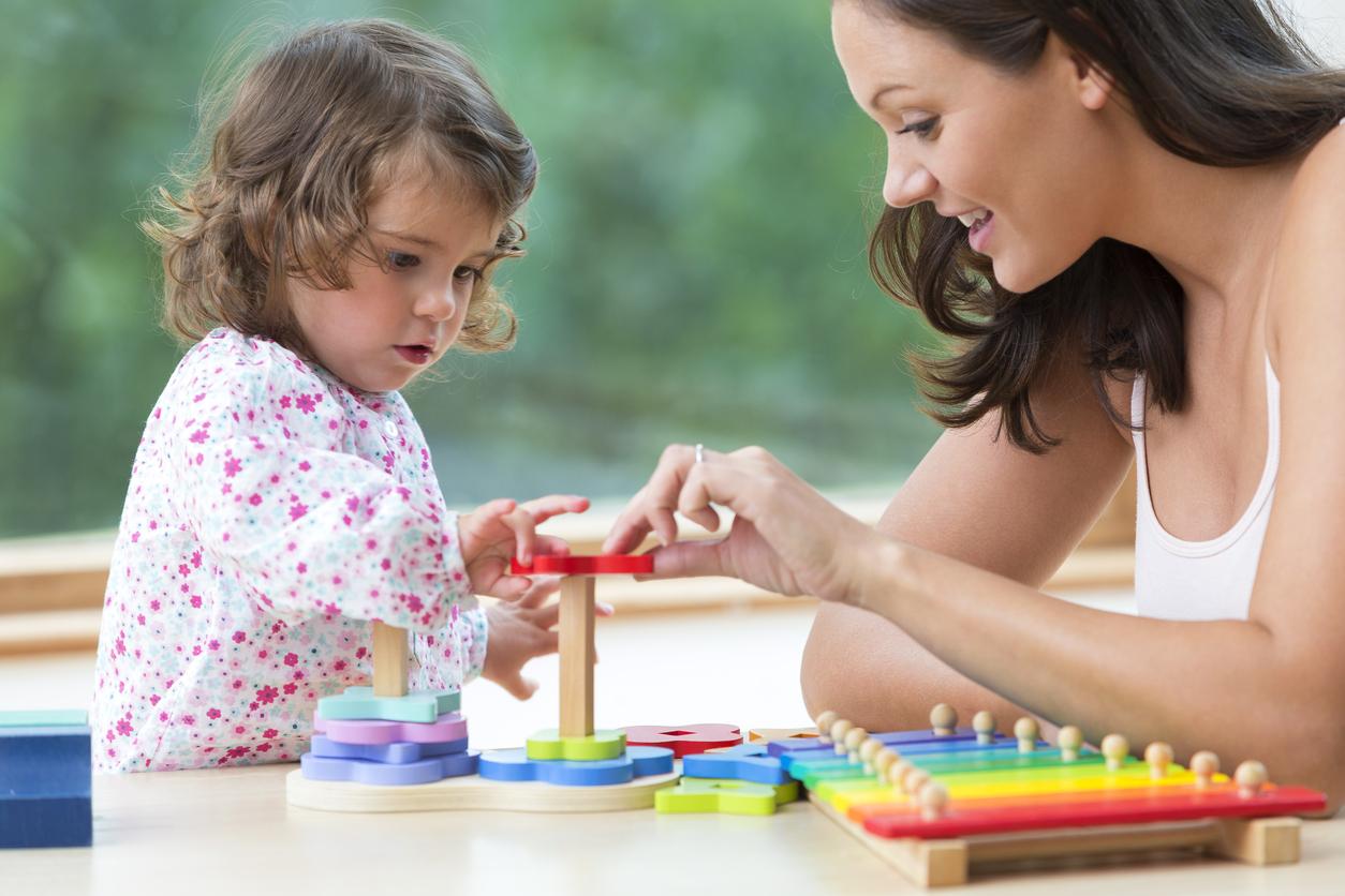 assistante maternelle qui joue avant un enfant