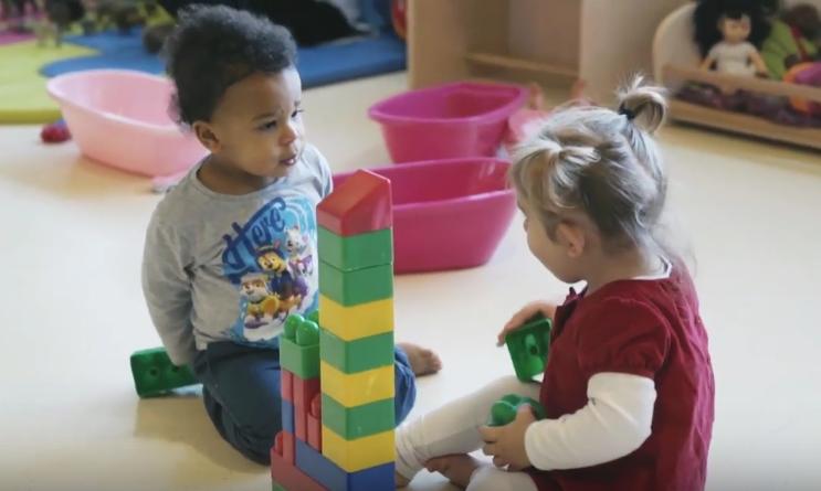 deux enfants qui jouent au même jeu