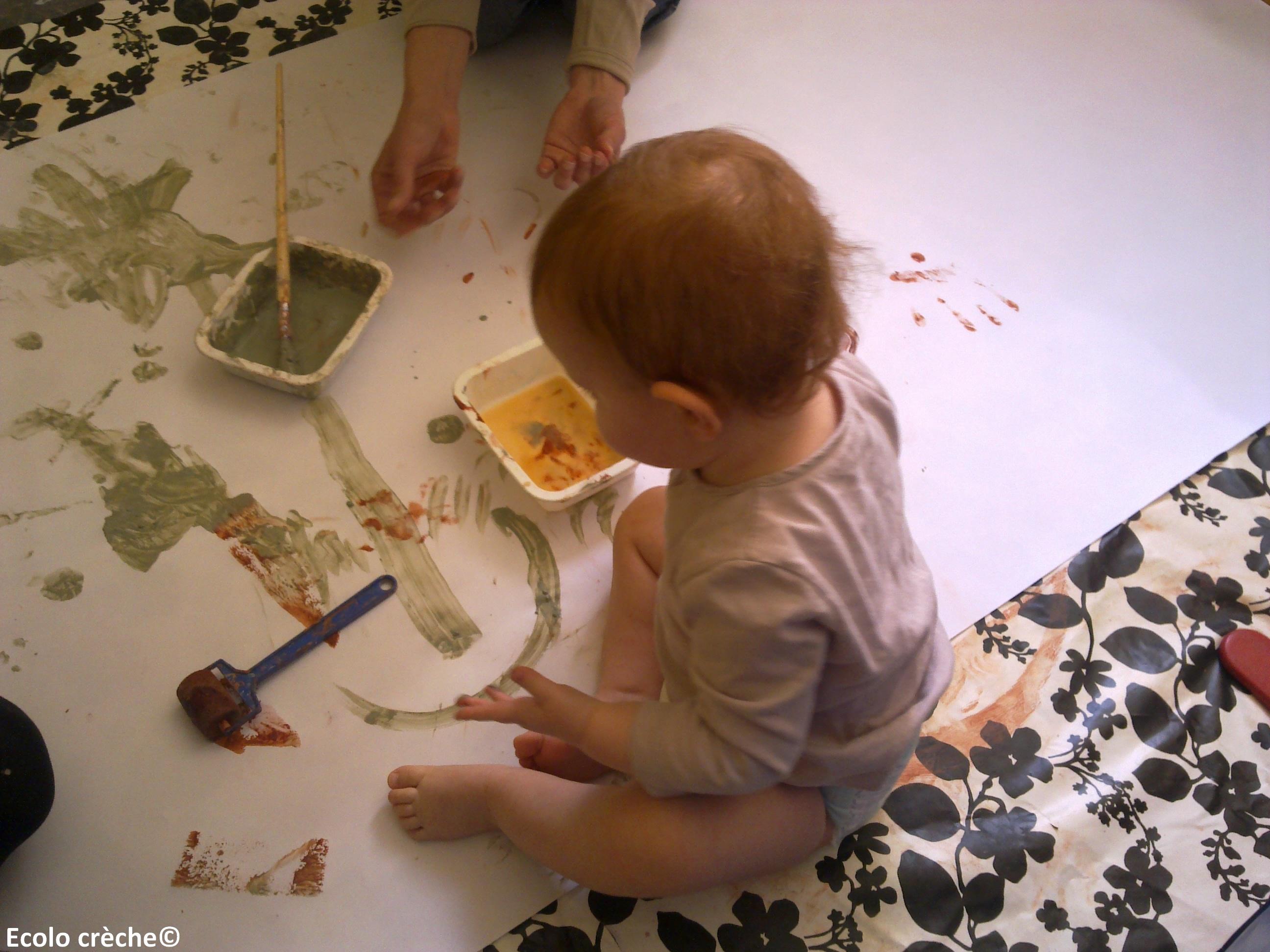 bébé qui fait de la peinture à l