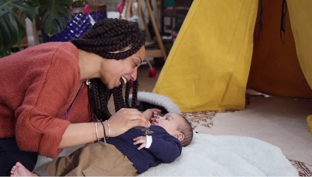 Une femme se penche sur son enfant allongé