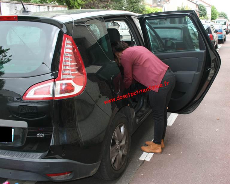 femme qui se penche dans une voiture