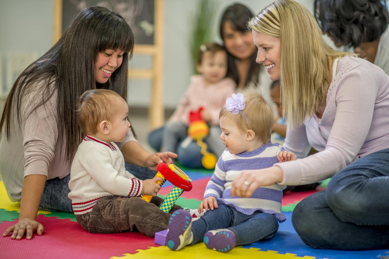 professionnels et bébés qui jouent