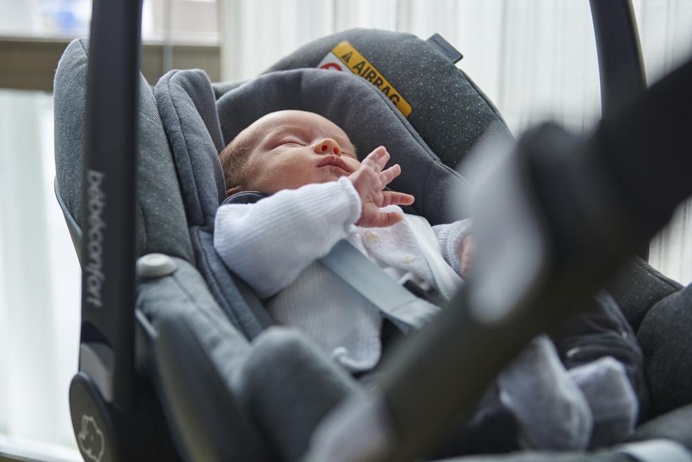 bébé dans un siège auto