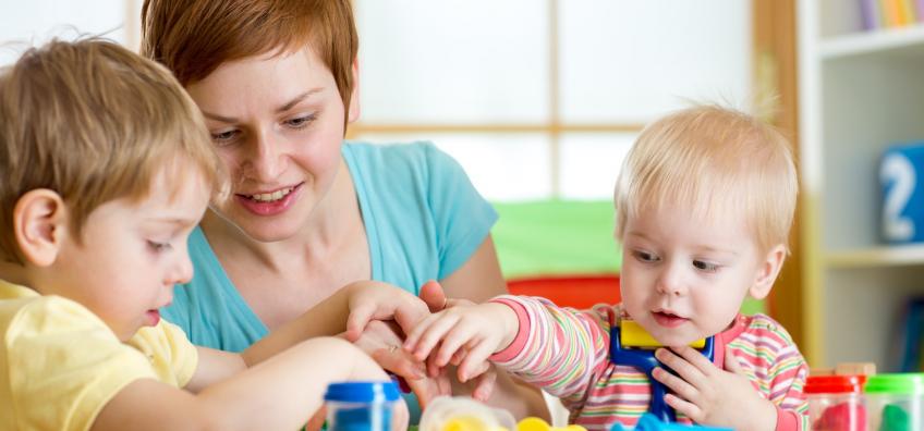 Pro de la petite enfance avec deux bébés