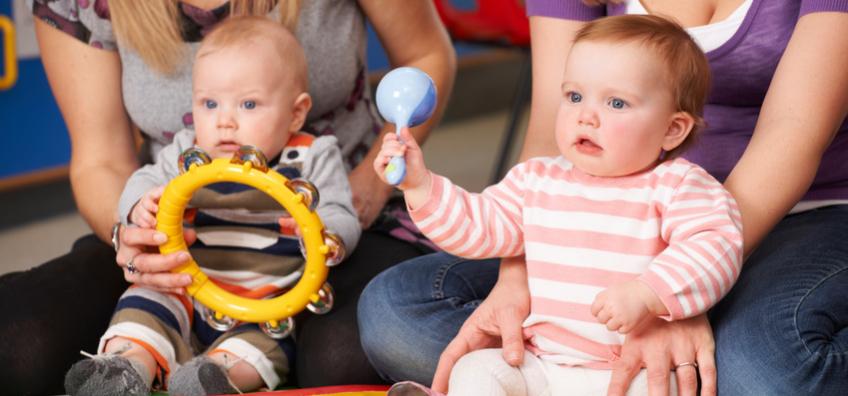 professionnelles de la petite enfance avec bébés