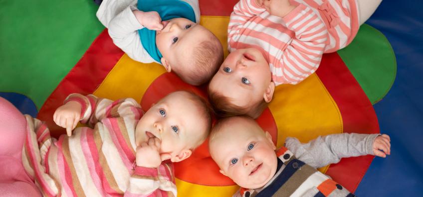 Bébés dans une crèche