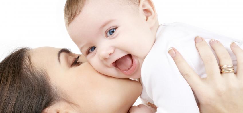maman qui embrasse son bébé