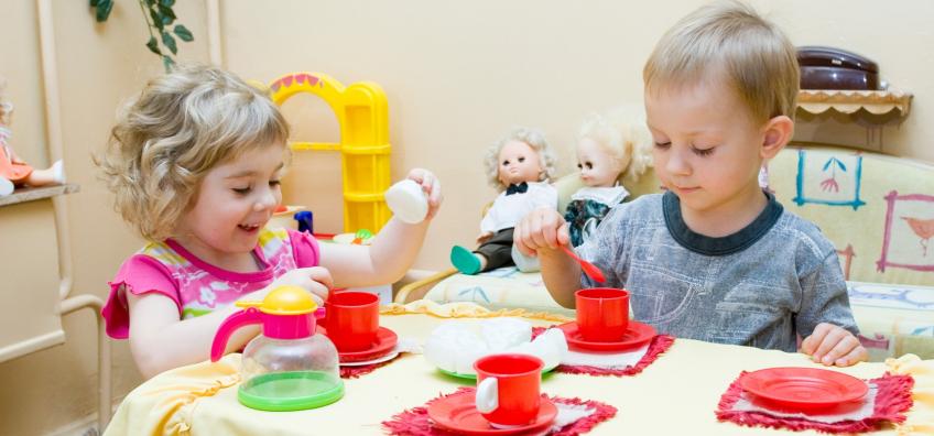 Enfants qui jouent à la dinette
