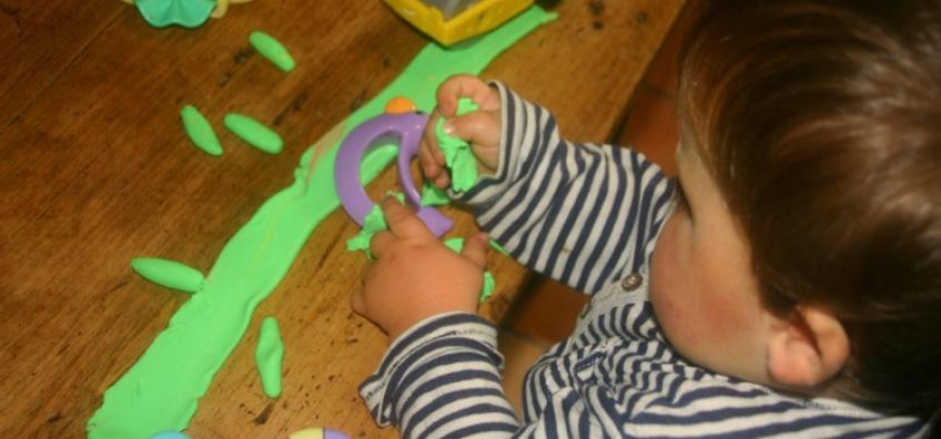 Activité pâte à modeler pour les tout-petits