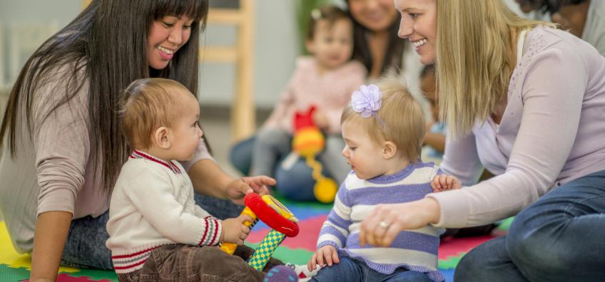 professionnelles jouent avec bébés