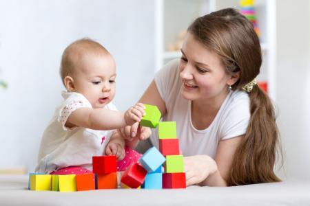 professionnelle de la petite enfance joue avec bébé