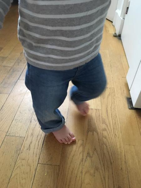 bébé marche pierds nus