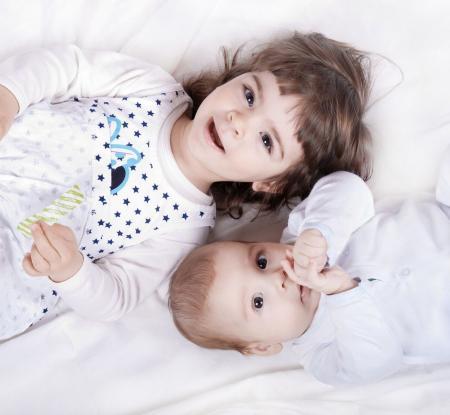 jeunes enfants sur un lit