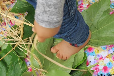 enfant marche feuilles