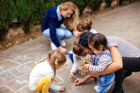 enfants  jouent dehors