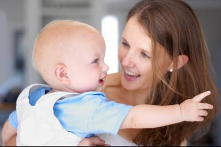 bébé dans la bras femme