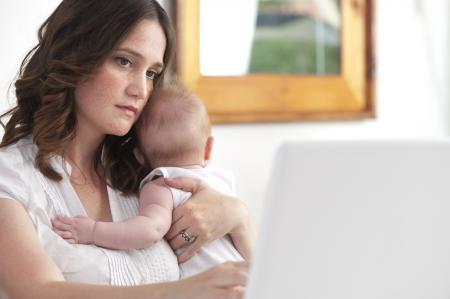 Femme triste avec bébé